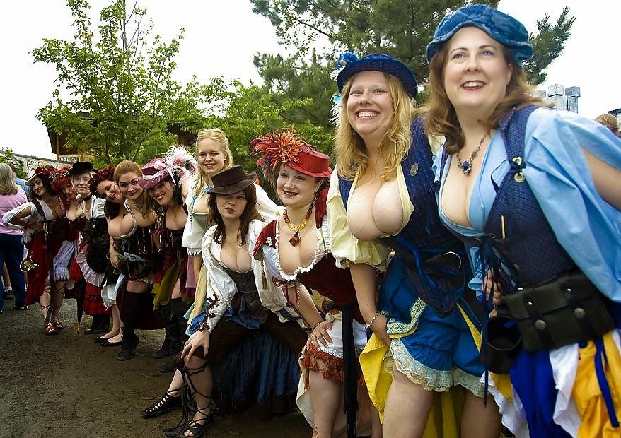 photo de groupe de femmes en robe d'époque arborant d'opulents décolletés