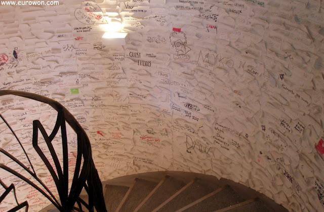 Escaleras de caracol con pintadas en el hotel Classic Fashion House de Atenas