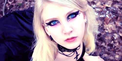 El maquillaje mas sencillo de todos los que mostramos aquí, podemos conseguirlo jugando con el eyeliner, e incluso se puede llevar con total looks negros,
