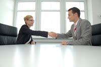 Ecco qualche esempio video per far capire quali atteggiamenti tenere, e quali evitare, nel corso di un colloquio di lavoro, per superarlo al meglio