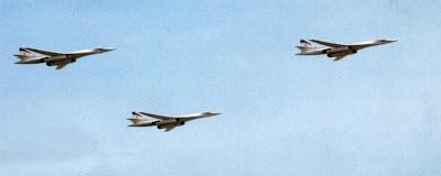 На параде 9 мая 2010 года в плотном строю над Москвой прошли три Ту-160.