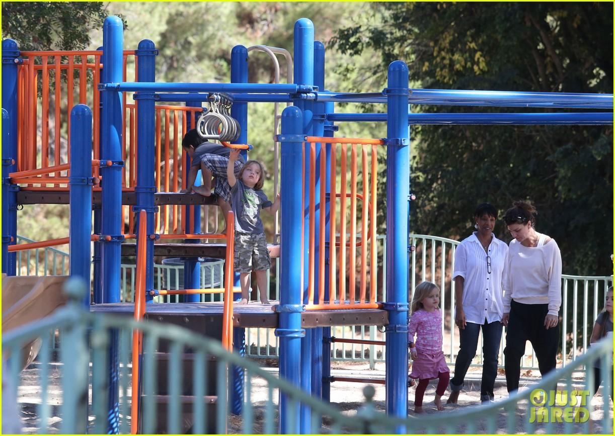 http://4.bp.blogspot.com/-Pl9MdlFt8MM/UOml5UFe-QI/AAAAAAAAlNc/Mrn92ODthaw/s1600/angelina-jolie-park-playtime-with-knox-vivienne-08.jpg