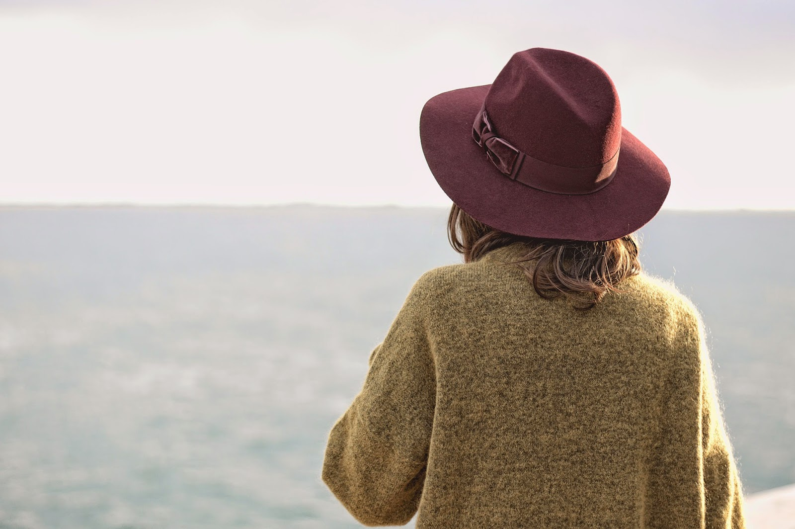 jersey y sombrero H&M, tejanos Mango, botines Zara