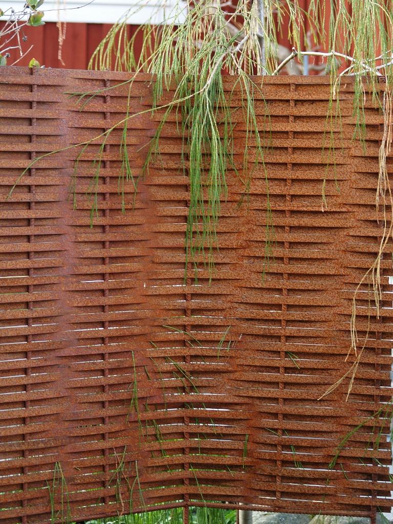 Glädjekällans trädgårdsblogg: rostiga rabattkanter, skärmar och ...