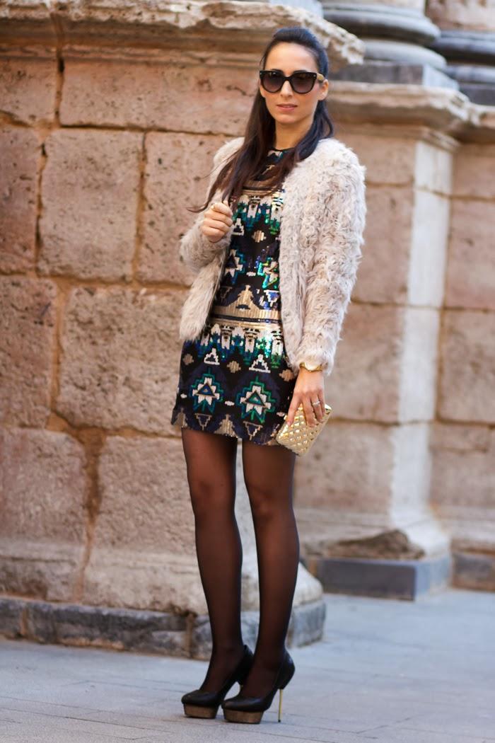 Look de Fiesta con Vestido de Paillettes y Chaqueta de pelo de Zara