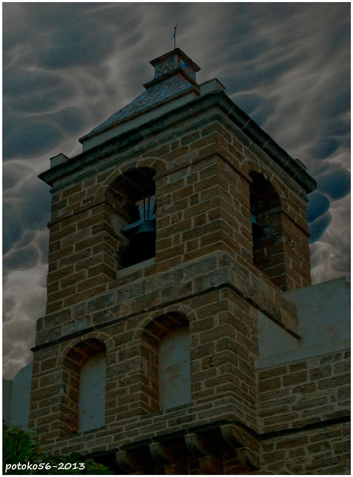 Torre campanario con nubes Mammatus Rota