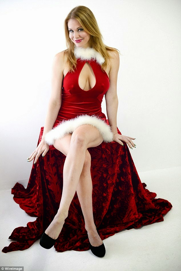 كعادتها الممثلة ميتلاند وارد في صور مليئة بالإثارة لعيد الميلاد