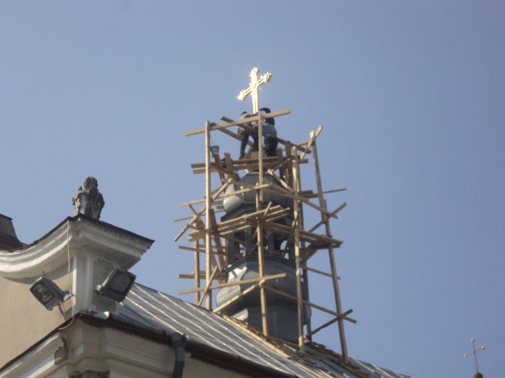 Встановлення св.хреста на куполі парафіяльної церкви у с.Зарваниця