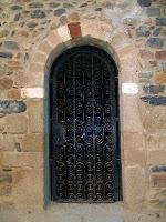 Porta d'entrada de la capella de Sant Corneli i Sant Cebrià