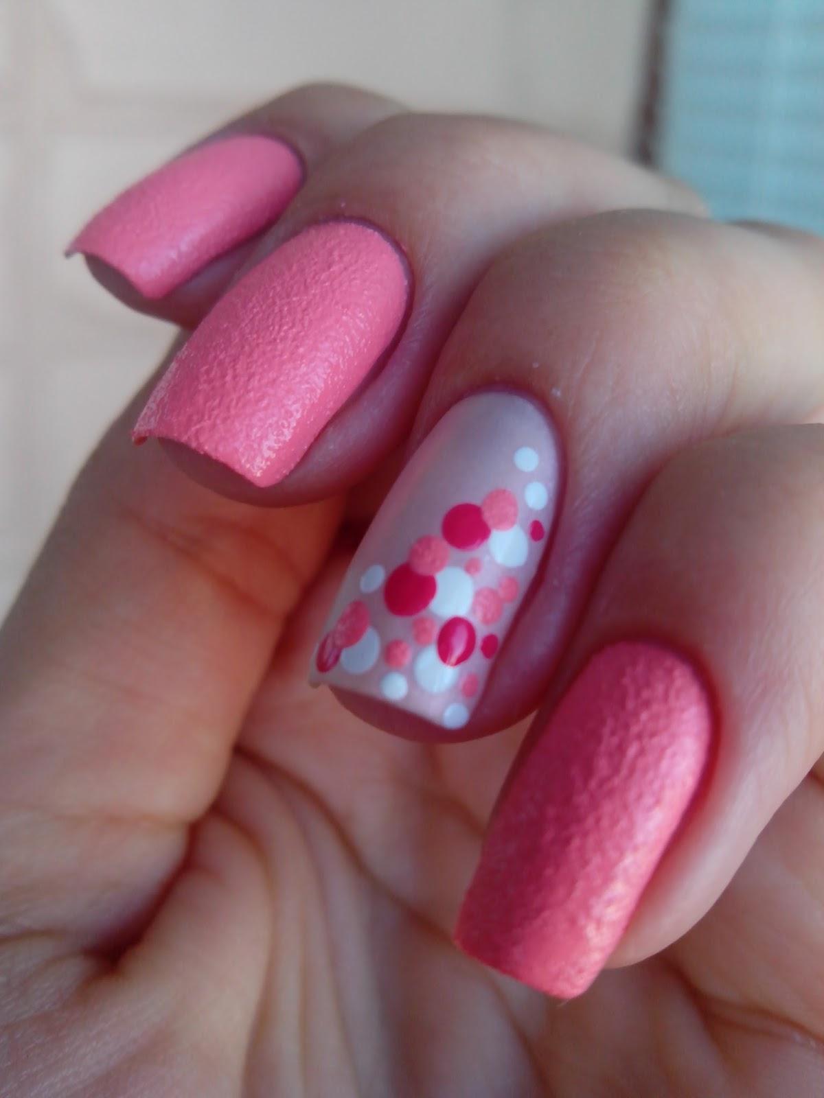 Маникюр розовый в белый горошек фото