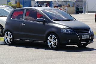 carro envelopado preto fosco envelopagem adesivagem plotagem