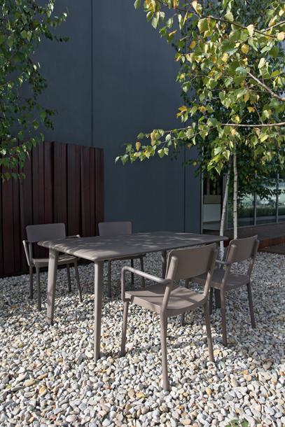 Ilumina tu vida: Muebles de exterior: ¿qué material escoger?