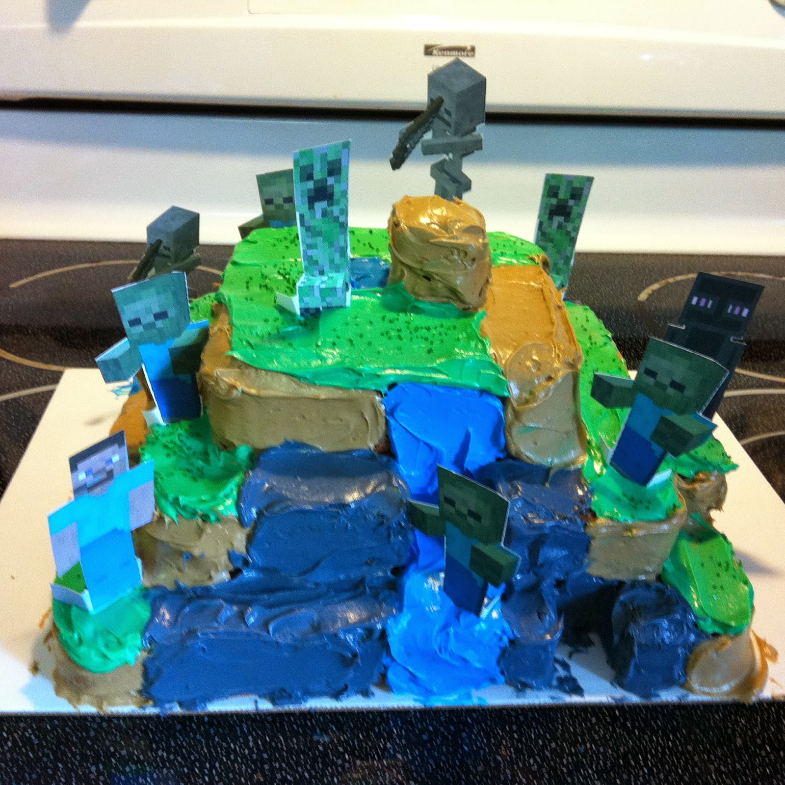 Complete cake with Steve, zombies, skeletons, creepers, and Enderman.
