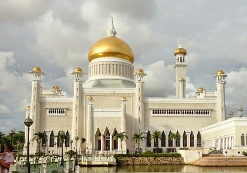 Gambar Masjid Omar Ali Saifuddien Di Brunei Darussalam, Bandar Seri Begawan, kadar tukaran mata wang asing Brunei dan Ringgit Malaysia, jalan-jalan makan angin, percutian keluarga, passport melancong