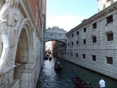 Venecia. La Ciudad de Venecia. Que visitar en Venecia. Puentes de Venecia. Turismo en Venecia. Lugares Sorprendentes. Italia. El Puente de los Suspiros
