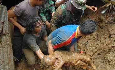 Jenazah Anak Dikeluarkan Dari Tertimbus?! #prayforpantaitimur #prayforkelantan