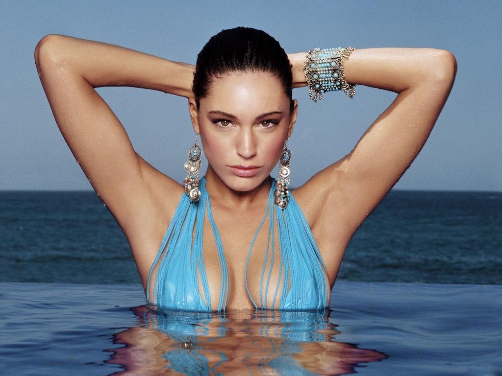 http://4.bp.blogspot.com/-PqJanXK_Bp8/ThH6n95I88I/AAAAAAAAAOs/oGHjIE-A760/s1600/kelly-brook-bikini-11.jpg