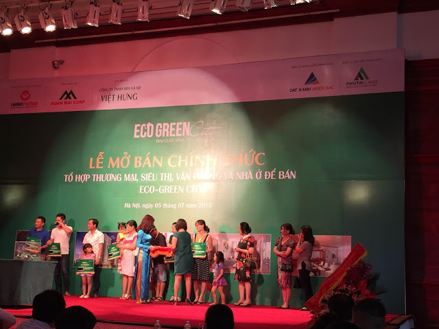 Bà Phạm Thị Hồng Thúy trao giải cho khách hàng trúng thưởng