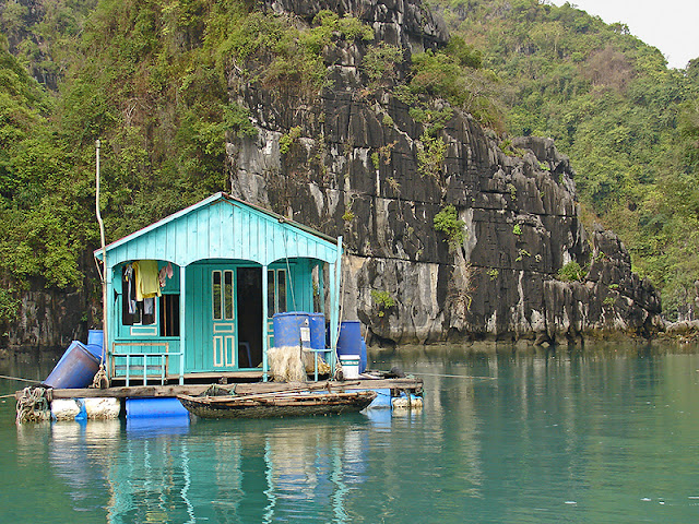 Maison flottante dans la baie d'Along
