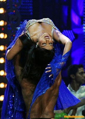 Priyanka Chopra performs at the IIFA Awards night in Toronto_FilmyFun.blogspot.com