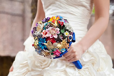 http://www.weddingbee.com/2012/11/28/faux-wedding-flower-bouquets/#axzz2kKgNEmKu
