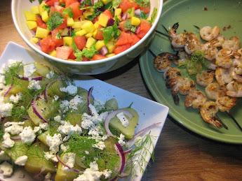 Grillattuja jättikatkaravunpyrstöjä, meloni-mangosalsaa ja fetaperunoita