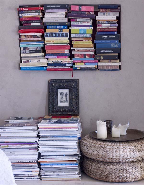 pila de libros y puf de rafia