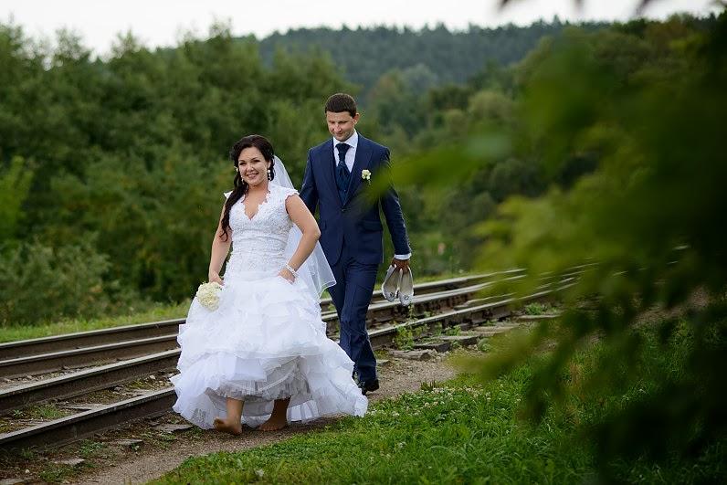 linksma vestuvių fotosesija prie geležinkelio
