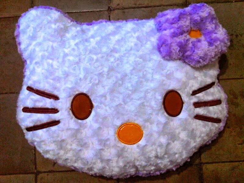 Gambar boneka bantal kepala hello kitty warna putih dan ungu