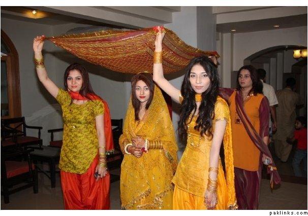 Mehndi Ceremony Guests : Pakistani culture mehndi ceremony
