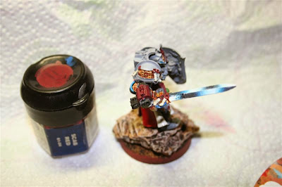 Pintura del Bolter de asalto con Scab Red de Games Workshop