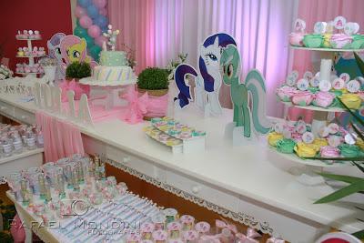 PERSONALIZADOS ANIVERSÁRIO 4 ANOS :: TEMA MY LITTLE PONY :: MENINA :: TONS PASTÉISPersonalizados em tons pastéis, com o tema My Little Pony , para um lindo aniversário de 4 aninhos.Para este aniversário mais que mimoso, o Bibelô de Luxo trabalhou em cima dos personalizados, em tons pastéis, para compor o tema da festa que foi o My Little Pony.