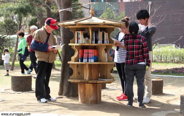 Biblioteca libre gratuita al lado de la Biblioteca de Namsan en Seúl