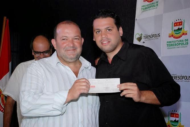 Vice-prefeito Márcio Catão entrega cheque para pres. da LEST, Thiago Duque