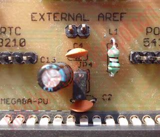 Widok pinu AREF wraz z jumperami i kondensatorem.