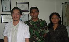 FOTO BERSAMA BAPAK KOPRAL DUA TNI DARAT, TULUS HUTAPEA BERSAMA ISTRI