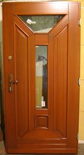 Drzwi zewnętrzne w kolorze Iroko z szyba trapezową