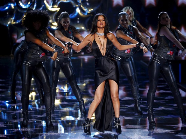 Selena Gomez se apresentando no Victoria's Secret Fashion Show 2015