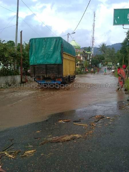 kerusakan yang diakibatkan oleh banjir di padang panjang