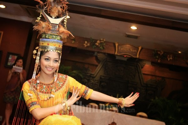 Andi Natassya Bawakan Gellu' Toraja di Miss Asia Pasific World 2012