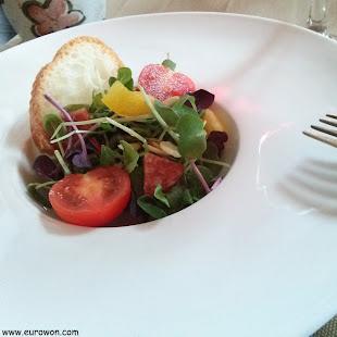 Pequeña ensalada en el restaurante Namu 906