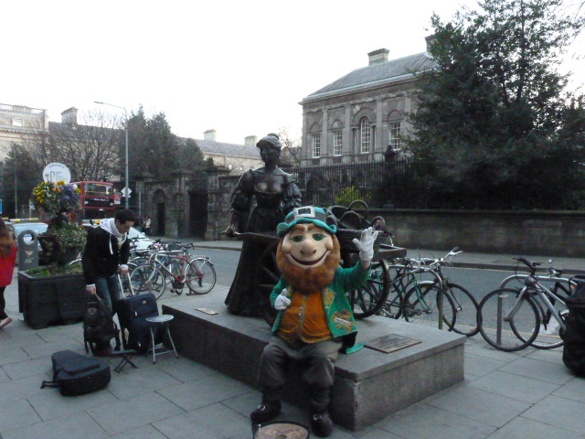 Estatua Molly Malone con un Leprechaun