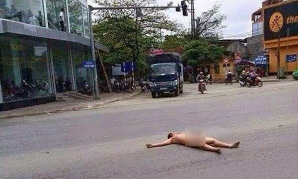 Khỏa thân 100% nằm ngửa giữa đường ở Ninh Bình