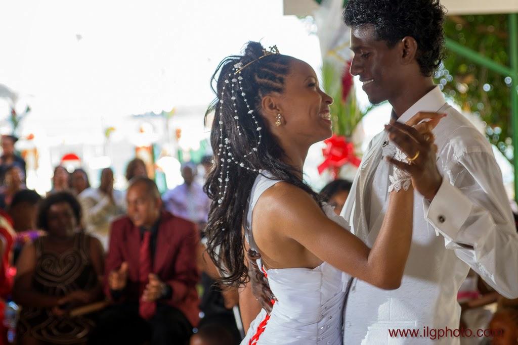 les mariés ouvrent la première danse