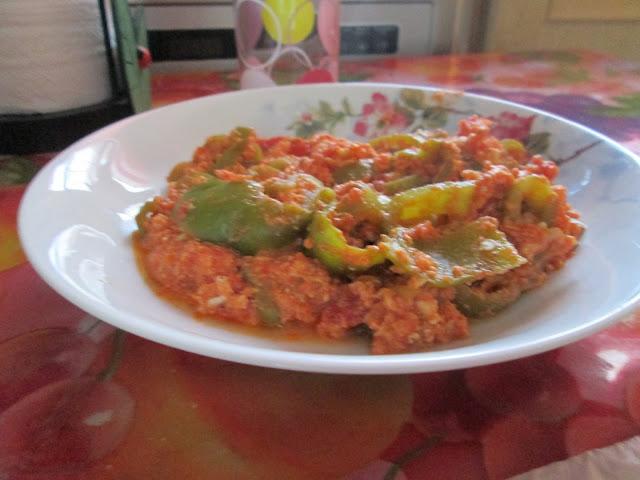 oeuf, huile d'olive, tomate, poivron, piment, ,sel, poivre, tabel, oignon,