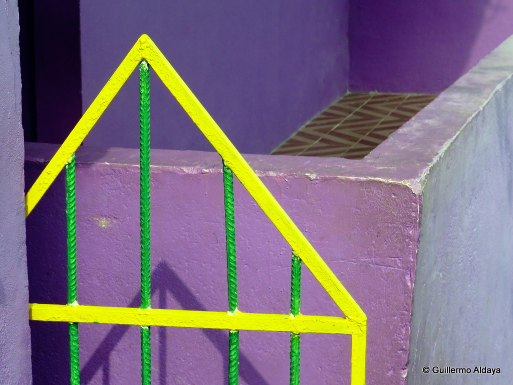 Morro Dona Marta, by Guillermo Aldaya / PhotoCovnersa