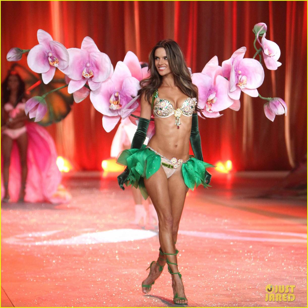 http://4.bp.blogspot.com/-PytXvdUQF7Q/UL_u75d5mII/AAAAAAAADik/Da67zR29d3Q/s1600/adriana-lima-alessandra-ambrosio-victorias-secret-fashion-show-2012-05.jpg