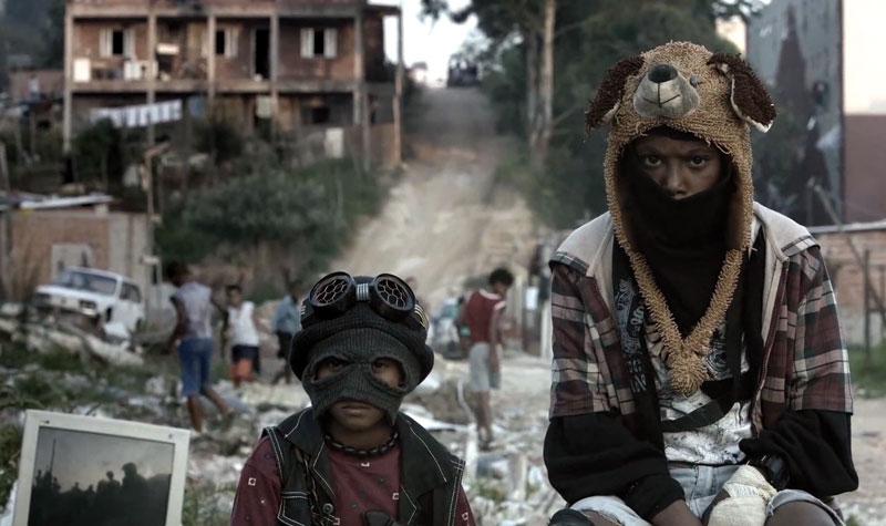 """Fotograma sacado del vídeoclip oficial del tema de Emicida """"Levanta e Anda"""". Dos niños de las favela de Sao Pablo, Brasil."""