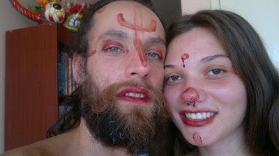 Casal pinta-se com sangue do período e coloca foto no Facebook