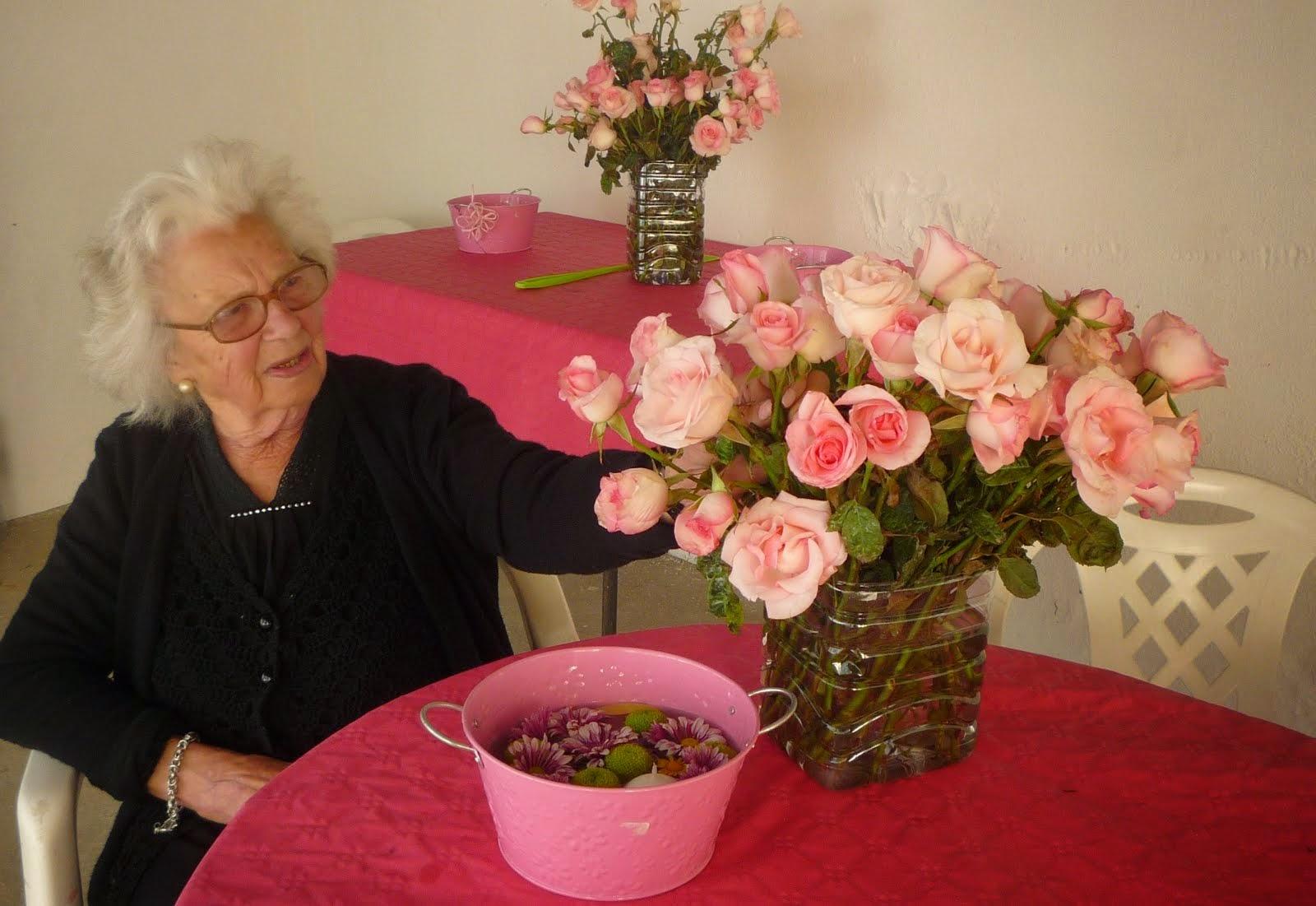 Os 90 anos da minha mãe contemplando as 90 rosas ....